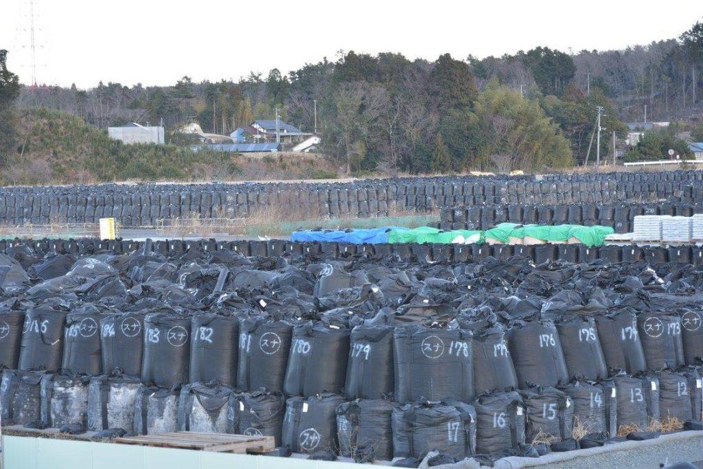 汚染度を詰めたフレコンバッグの山。