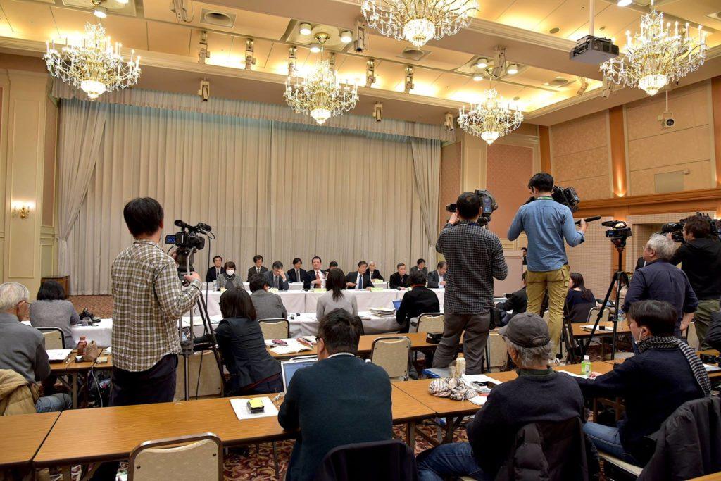 記者会見では、地元紙やテレビの記者たちが集まった