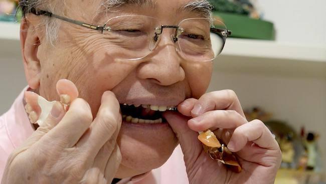 入れ歯治療の第一人者である村岡秀明先生。実際にご自身の入れ歯をみせてくれた