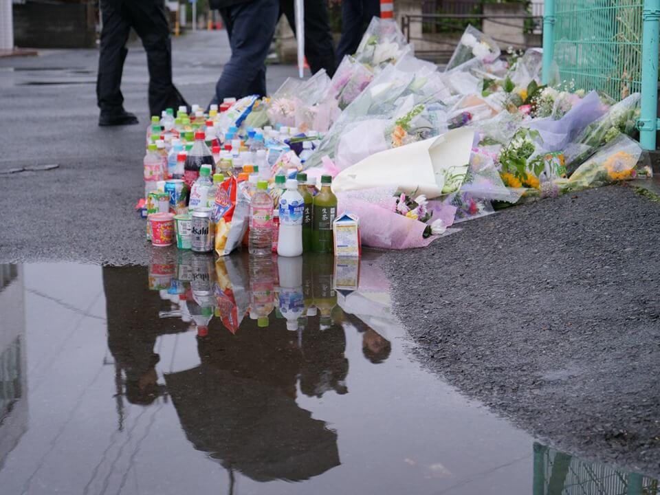 事件翌日、多くの花が手向けられていた(C)M.IWASAWA